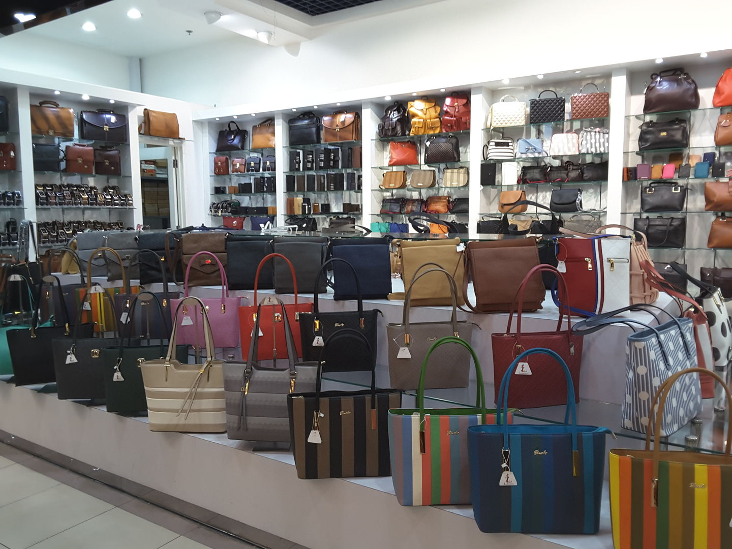 HiDubai-business-lorenzo-shopping-luggage-travel-accessories-oud-metha-dubai-2