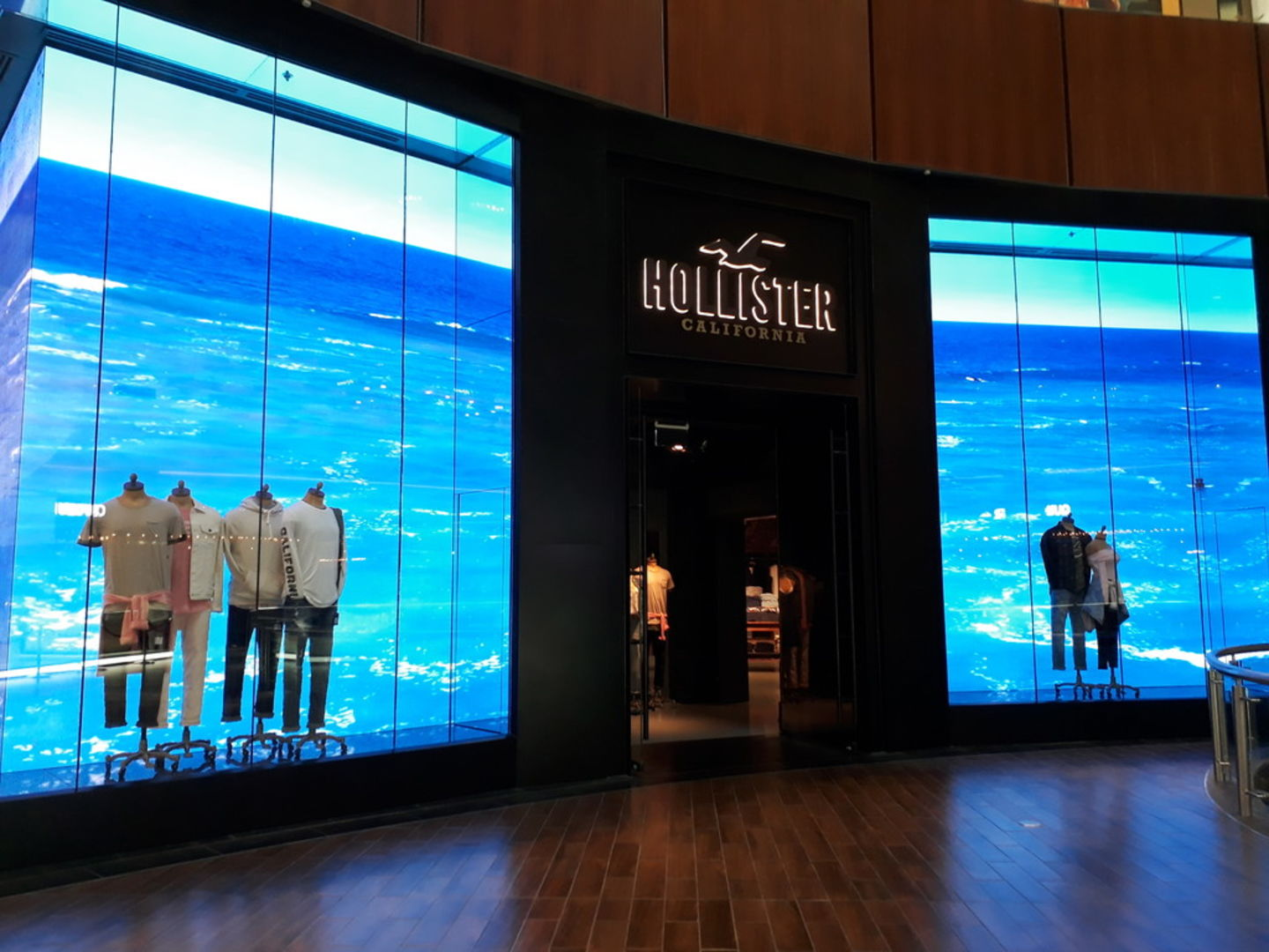 HiDubai-business-hollister-shopping-fashion-accessories-burj-khalifa-dubai-2
